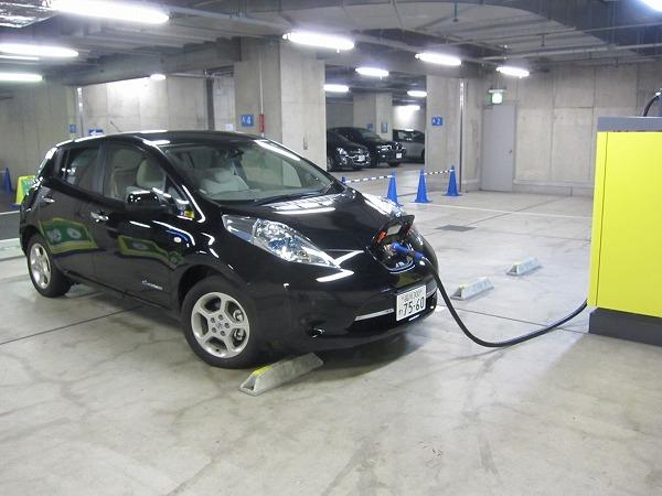 リーフの駐車時の様子。充電中。